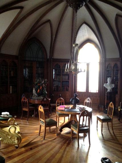 Les Chabrillan ont transformé l'ancienne chapelle de Digoine en bibliothèque.