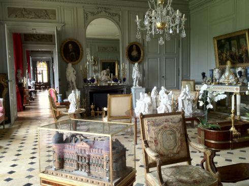 Pièce traversante, le salon central abrite une ancienne maquette du Château de Digoine à l'histoire étonnante...