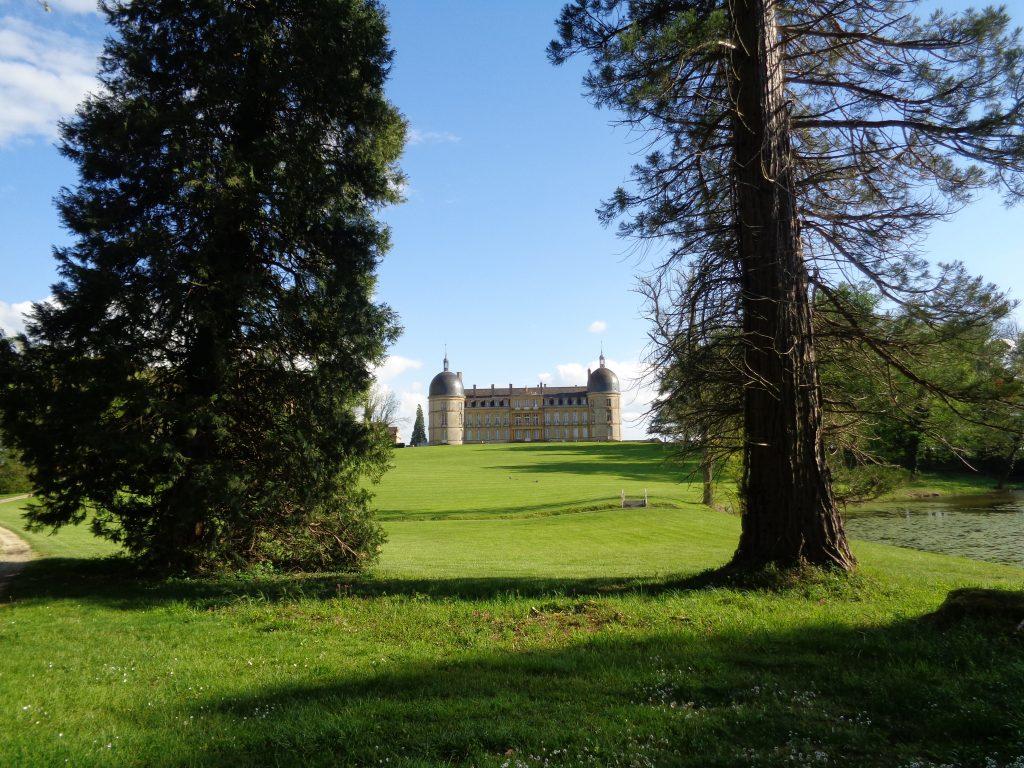 Depuis les coulées (allées) aménagées dans la partie boisée du parc, la vue sur le château est saisissante !