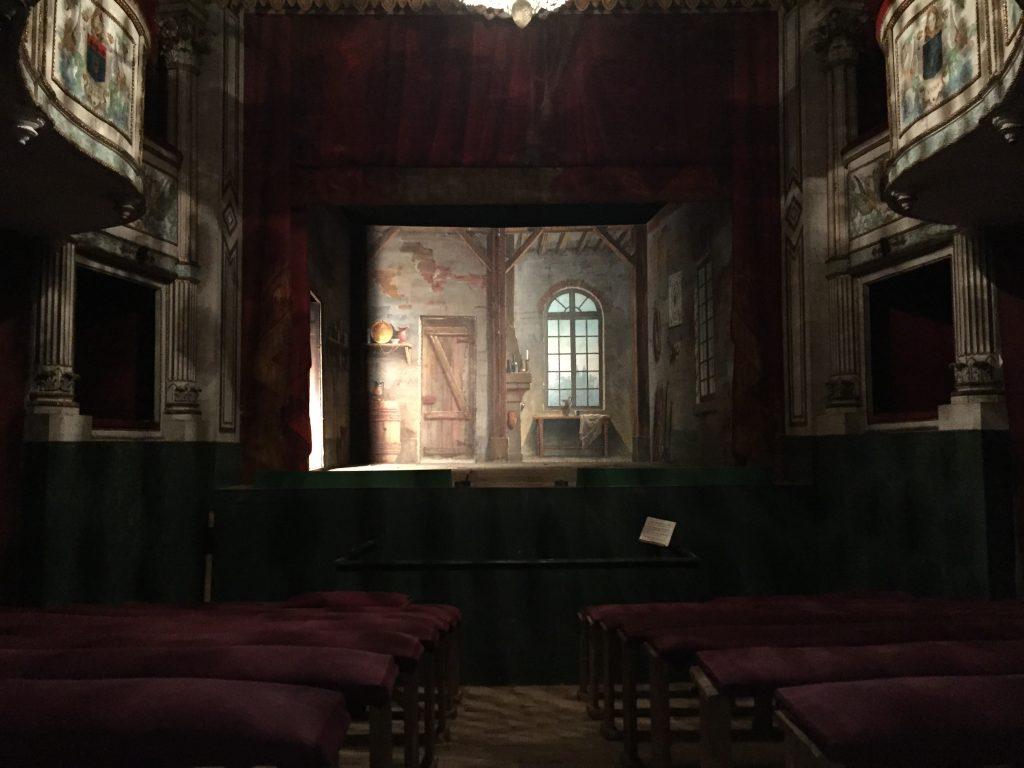 Vue sur la scène du petit théâtre depuis le parterre